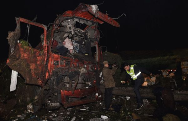 救援人员正在清理爆炸事故现场