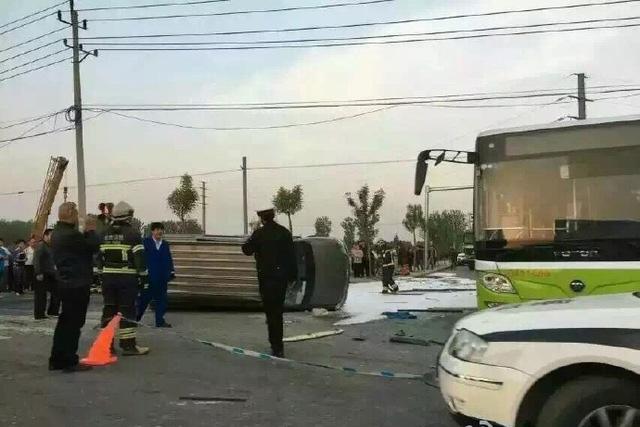 北京大货车公交相撞致2人死亡