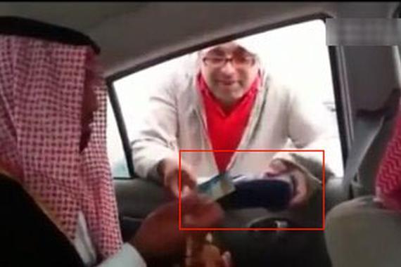 在迪拜 非法乞讨一个月能买路虎你信吗?