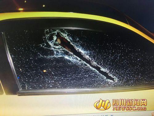 被嫌疑人砸坏的车辆