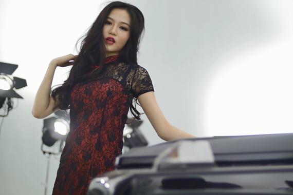 视频:魅惑红唇旗袍装!性感妖娆报天气