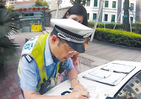 涉嫌无证驾驶的驾驶员李某在接受处理
