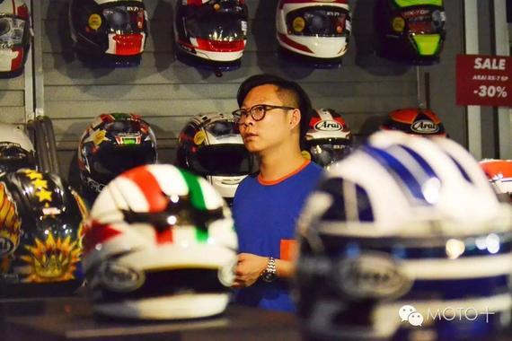 看MOTO+主页菌在德国逛摩托车装备用品店