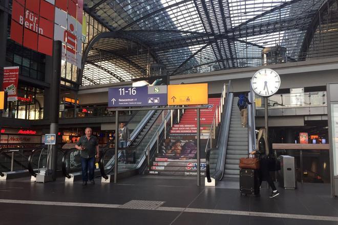 柏林火车站,设计的像一座商场,站台在最底层。