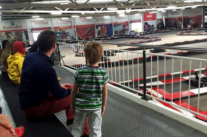 """身高不""""达标""""的小朋友只能在看比赛了。"""