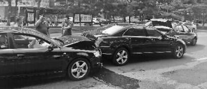 老太横穿马路致3辆车连环追尾 事发后离开现场