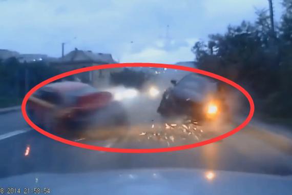 视频:远光灯亮瞎双眼!车祸悲剧不可避免