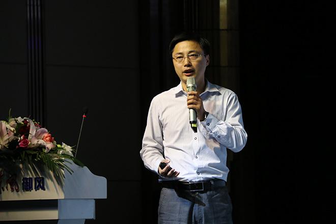 东风襄阳旅行车有限公司副总经理/东风御风汽车销售公司副总经理常东兵进行产品讲解