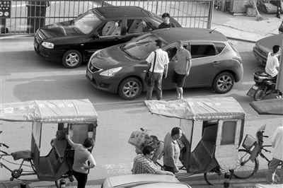 黑车司机中途强行加价 夫妇跳车致一死一伤
