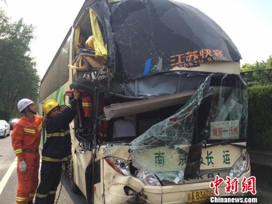 大巴司机追尾集装箱货车 3名乘客受伤