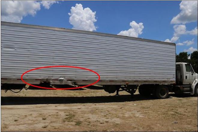 被Model S撞到的卡车,红圈为侧面碰撞位置,轻微擦伤