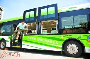乘客从车窗跳下逃生。 广州日报记者乔军伟 摄