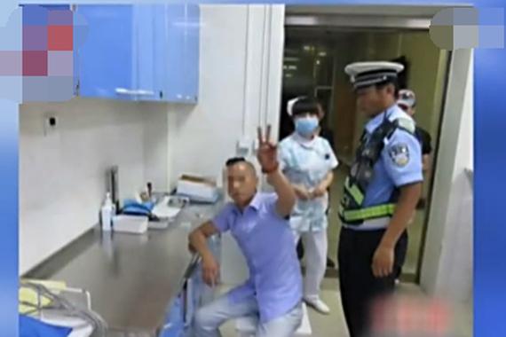 视频:酒驾被查 取证摆V字手要求用美颜