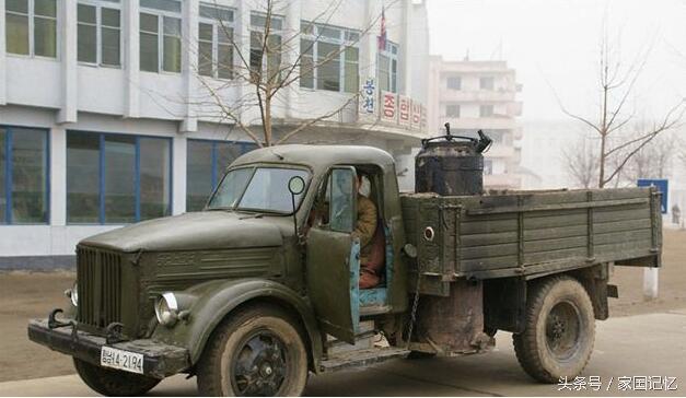 开车前摇风生火 朝鲜的木炭汽车