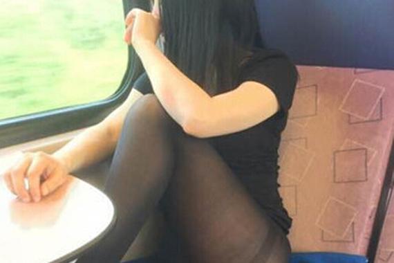 妹子很郁闷!为啥旁边的座位是空的呢?