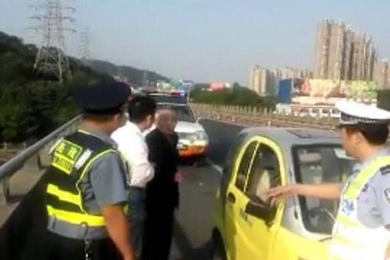 老人驾代步车误入高速迷路 应急道上逆行找出口