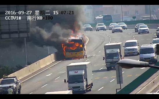 师生撤离后,大火迅速吞噬校车。