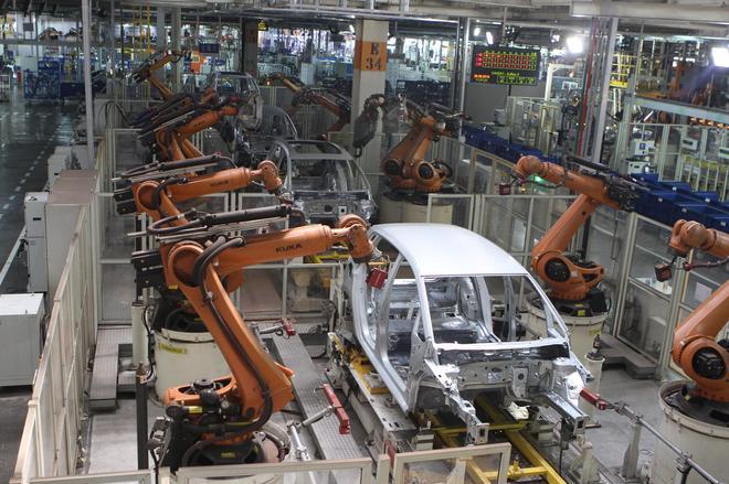 焊装车间大量的机器人在提升效率的同时更能保障品质