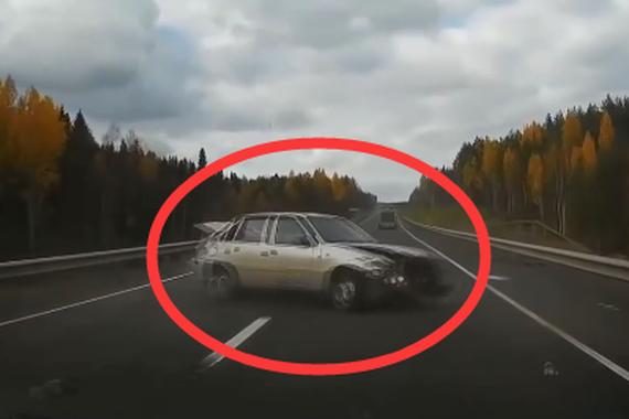 视频:桥上翻车太凶险!悲剧车祸在眼前