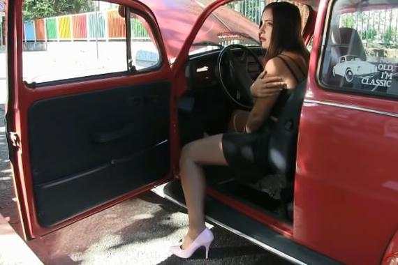 """视频:性感女司机和甲壳虫的""""战争"""""""