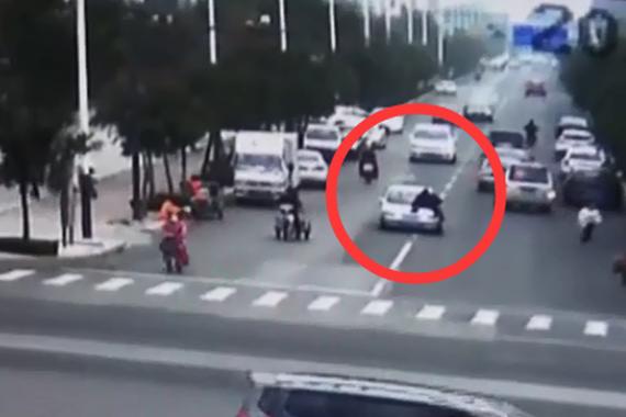 视频:猖狂!酒驾司机顶着交警狂奔5公里