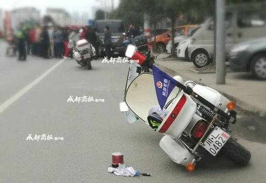 男子驾电三轮连撞两车 钻车底耍赖