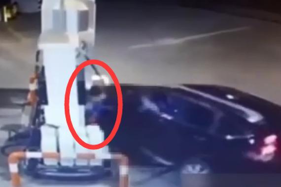 视频:女司机撞死加油站女工!
