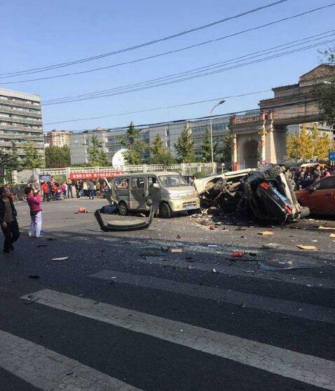 北苑家园门口发生严重车祸 9车相撞