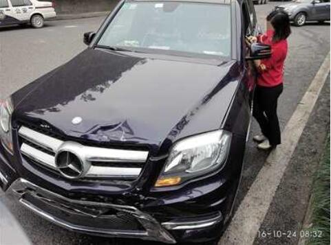 女司机低头捡iPhone7 奔驰车追尾损失7万
