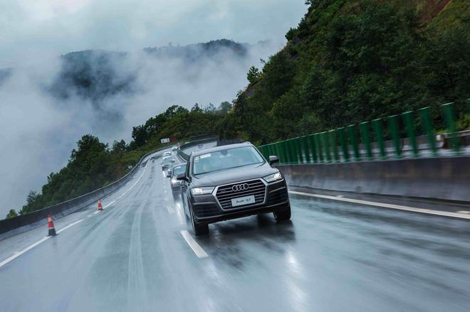 全新奥迪Q7车队在云雾缭绕的山中高速道路穿梭
