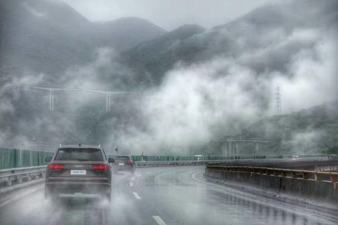 云雾缭绕的高速公路