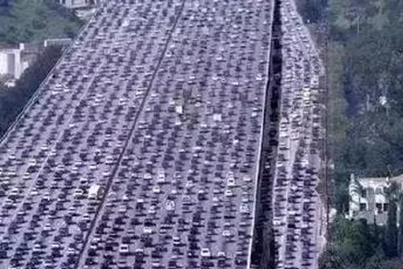 堵车3分钟行驶1公里 塞车时这么做能省油