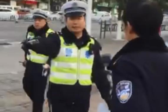 视频:违章停车没翻单 只因司机是警察?