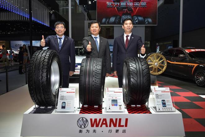万力轮胎股份有限公司董事长陈淼(中),万力轮胎股份有限公司总经理赖燕山(右),万力橡胶轮胎研究院院长高世双(左)在万力轮胎展台发布会现场