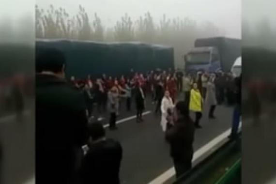 视频:高速路大雾堵车 大妈抱团跳广场舞
