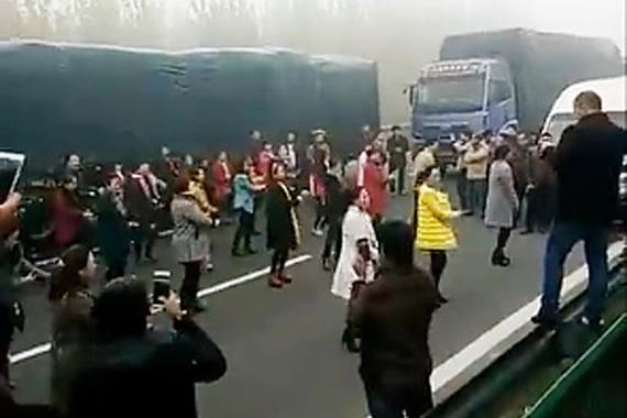 大雾堵车大妈们在高速上跳起广场舞