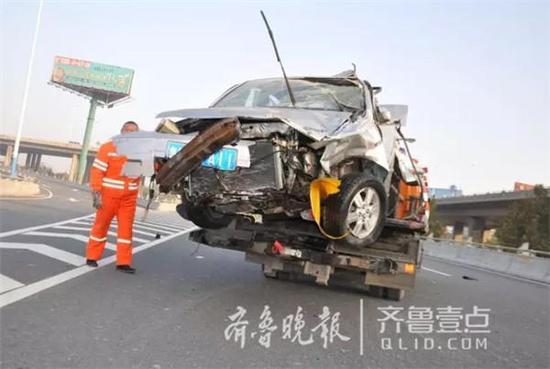 车辆撞击后连续翻滚,现场未见其他事故车