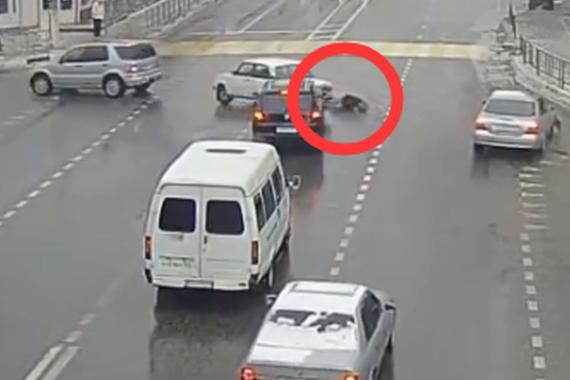 视频:什么情况?一眨眼副驾驶甩出一人