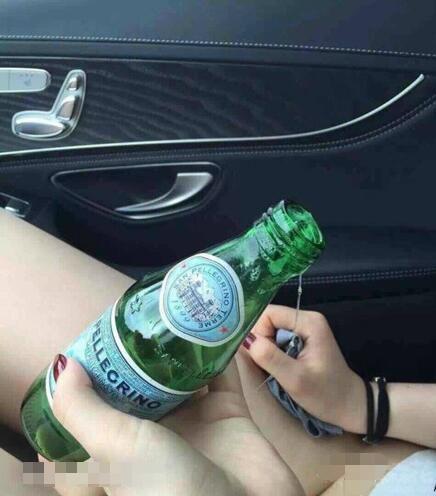 每日趣图|太污了 妹子车内用瓶子解决