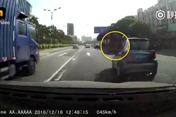 视频:实拍路怒症患者 疯狂追逐2公里