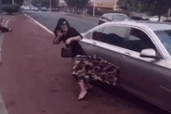 每日趣图|宝马女下车夹住裙子 被扯下来走光