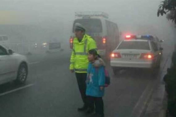 视频:雾霾中小学生迷路,向交警求助