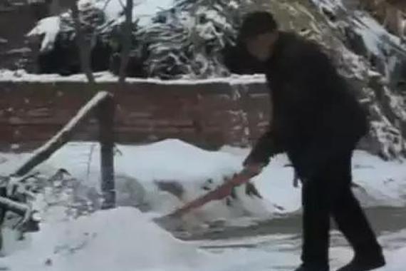 72岁老人义务扫雪17年,只因...