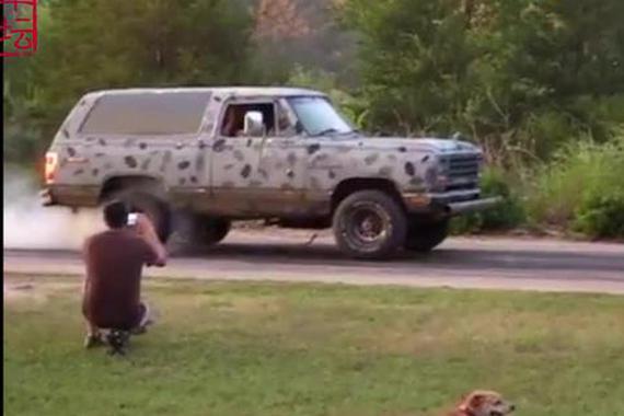 视频:真会玩!擦爆轮胎还不够