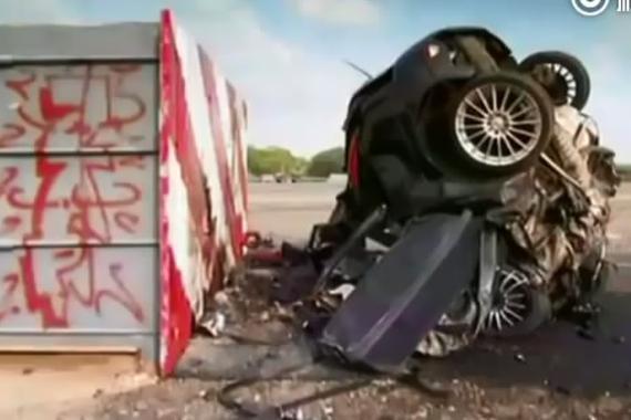 """视频:超速的汽车!撞墙后""""消失""""了"""