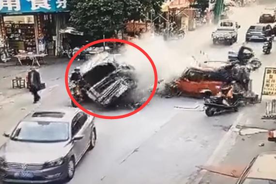 视频:皮卡失控冲入车流!撞出一条血路
