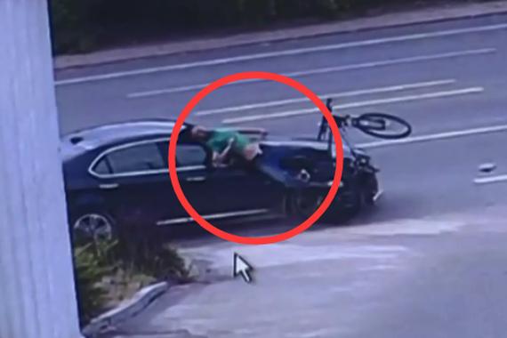视频:男子逗弄小龙虾 后车撞击当场死亡