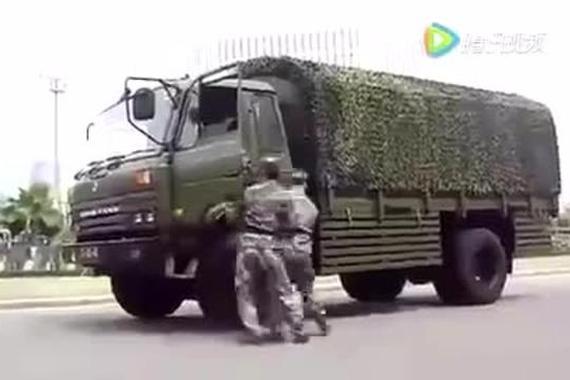视频:解放军演示让汽车原地180度调头。