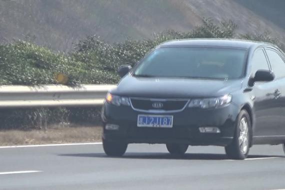 视频:惊魂!男子错过匝道高速上逆行