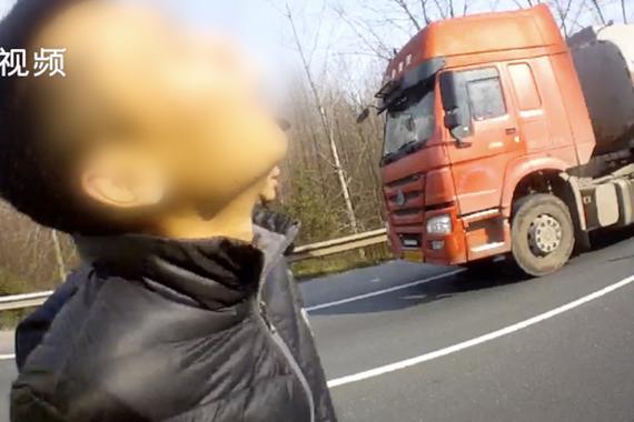 视频:男子表白遭拒 高速逆行致车祸
